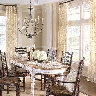 Immagine di una sala da pranzo country di medie dimensioni con pareti beige e parquet scuro