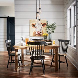 Idées déco pour une salle à manger campagne avec un mur blanc, un sol en bois foncé et un sol marron.