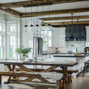 Diseño de comedor de cocina campestre, de tamaño medio, con suelo marrón, paredes blancas y suelo de madera oscura