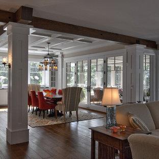 Ispirazione per una grande sala da pranzo country con pareti bianche, pavimento in legno massello medio, nessun camino, pavimento marrone, soffitto a cassettoni e pareti in perlinato