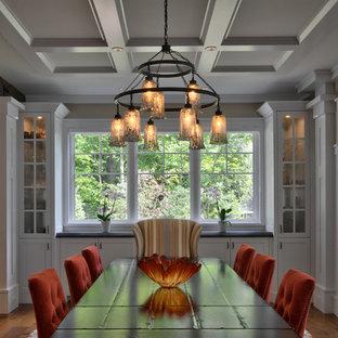 Ispirazione per una grande sala da pranzo aperta verso la cucina country con pareti bianche, pavimento in legno massello medio, nessun camino, pavimento marrone, soffitto a cassettoni e pannellatura