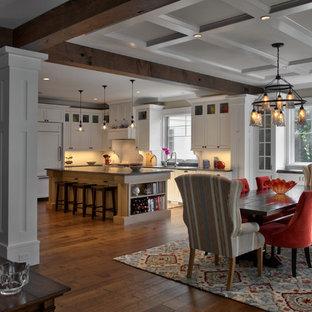 Пример оригинального дизайна: большая кухня-столовая в стиле кантри с белыми стенами, паркетным полом среднего тона, коричневым полом, кессонным потолком и панелями на части стены без камина