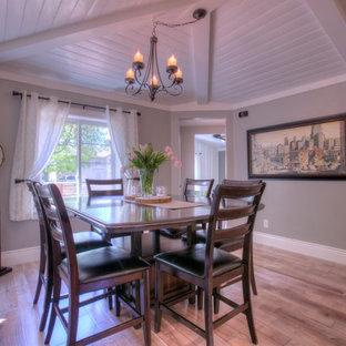Réalisation d'une salle à manger ouverte sur la cuisine champêtre de taille moyenne avec un mur gris, un sol en bois brun, un sol gris et aucune cheminée.