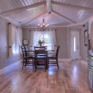 Imagen de comedor de cocina campestre, de tamaño medio, con paredes grises, suelo de madera en tonos medios y suelo gris