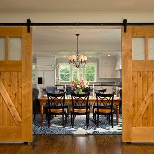 Geräumige Country Wohnküche mit grauer Wandfarbe und braunem Holzboden in Boston