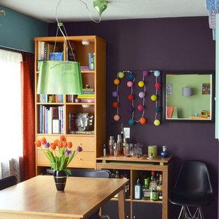 Imagen de comedor retro, pequeño, cerrado, con paredes púrpuras