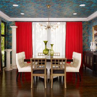 Ispirazione per una sala da pranzo eclettica chiusa e di medie dimensioni con pareti multicolore, parquet scuro e pavimento marrone