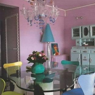 Foto di una sala da pranzo aperta verso il soggiorno boho chic di medie dimensioni con pareti rosa e nessun camino