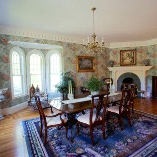 Idee per una grande sala da pranzo aperta verso il soggiorno tradizionale con pareti verdi, pavimento in legno massello medio e camino ad angolo