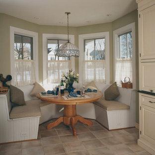 Klassisk inredning av en mellanstor matplats, med beige väggar, klinkergolv i keramik och grått golv