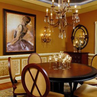 Immagine di una sala da pranzo vittoriana con parquet scuro e pareti marroni