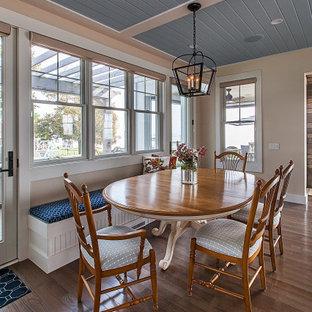 Foto di una piccola sala da pranzo aperta verso la cucina stile marinaro con nessun camino, pareti beige, parquet scuro, pavimento marrone e soffitto in perlinato