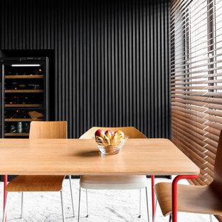 Bild på en funkis matplats, med svarta väggar och vitt golv