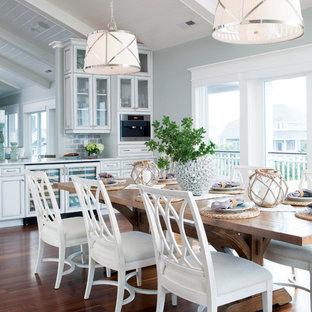 Idéer för att renovera ett maritimt kök med matplats, med grå väggar och mörkt trägolv