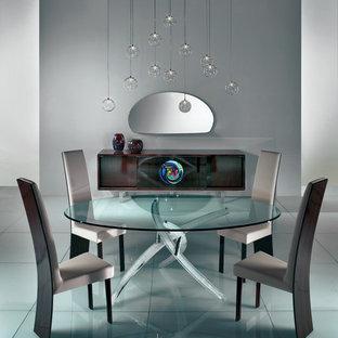 Неиссякаемый источник вдохновения для домашнего уюта: большая гостиная-столовая в современном стиле с серыми стенами, мраморным полом и синим полом