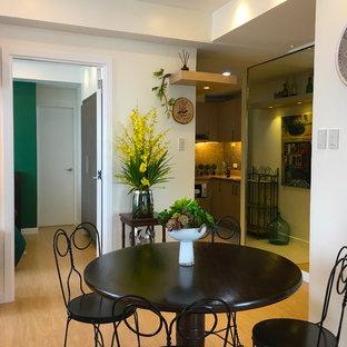 Ejemplo de comedor ecléctico, pequeño, sin chimenea, con paredes beige, suelo de madera en tonos medios y suelo amarillo