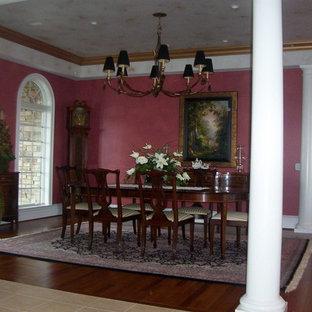 Imagen de comedor de cocina tradicional, grande, con paredes rosas y suelo de madera en tonos medios