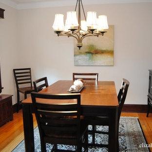 Foto på en liten vintage separat matplats, med beige väggar och ljust trägolv