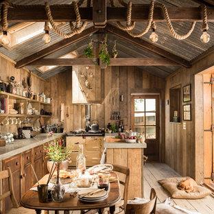 Ejemplo de comedor de cocina rústico con suelo de madera clara