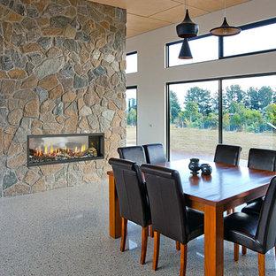 ブリスベンのカントリー風おしゃれなLDK (白い壁、大理石の床、両方向型暖炉、石材の暖炉まわり、マルチカラーの床) の写真