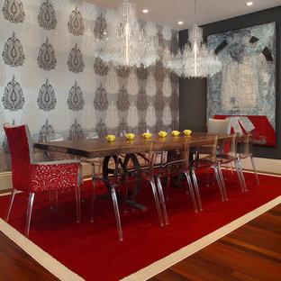 Idee per una sala da pranzo contemporanea con parquet scuro, pareti con effetto metallico e pavimento rosso