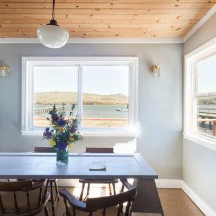 Foto de comedor rústico, pequeño, con paredes azules y suelo de madera en tonos medios