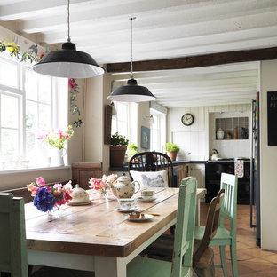 Idee per una sala da pranzo aperta verso la cucina stile shabby con pavimento in terracotta