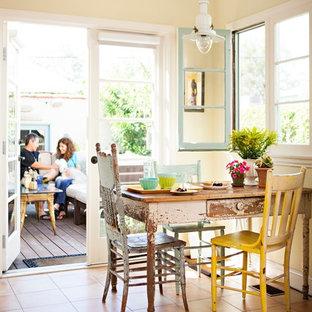 Свежая идея для дизайна: столовая в стиле шебби-шик с полом из терракотовой плитки - отличное фото интерьера