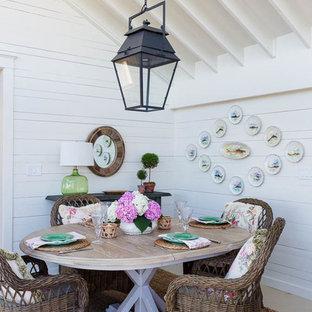 Idee per una piccola sala da pranzo aperta verso la cucina costiera con pareti bianche, parquet chiaro e nessun camino