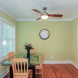 Immagine di una sala da pranzo aperta verso la cucina chic di medie dimensioni con pareti gialle, pavimento in legno massello medio, nessun camino e pavimento marrone