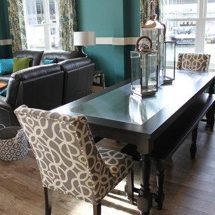 Réalisation d'une petite salle à manger ouverte sur le salon tradition avec un mur bleu, un sol en vinyl et aucune cheminée.
