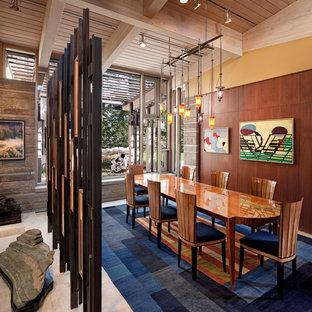 ボストンの中くらいのコンテンポラリースタイルのおしゃれなLDK (黄色い壁、トラバーチンの床、ベージュの床、暖炉なし) の写真