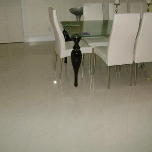 Immagine di una grande sala da pranzo aperta verso il soggiorno design con pareti bianche e pavimento in gres porcellanato