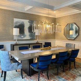 Ispirazione per una grande sala da pranzo chic chiusa con pareti grigie, pavimento in legno massello medio, pavimento blu, soffitto a cassettoni e carta da parati