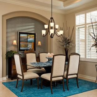 Mittelgroßes Tropenstil Esszimmer mit beiger Wandfarbe, Keramikboden und beigem Boden in Sonstige