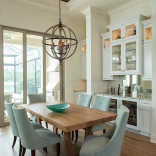 Идея дизайна: столовая среднего размера в морском стиле с белыми стенами и светлым паркетным полом без камина
