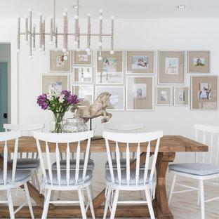 Foto de comedor costero, de tamaño medio, sin chimenea, con paredes blancas, suelo de madera clara y suelo beige