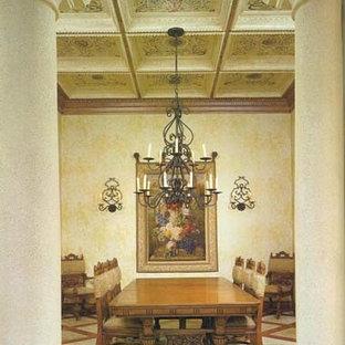 Foto di una sala da pranzo vittoriana chiusa e di medie dimensioni con pareti beige, pavimento con piastrelle in ceramica, nessun camino e pavimento beige