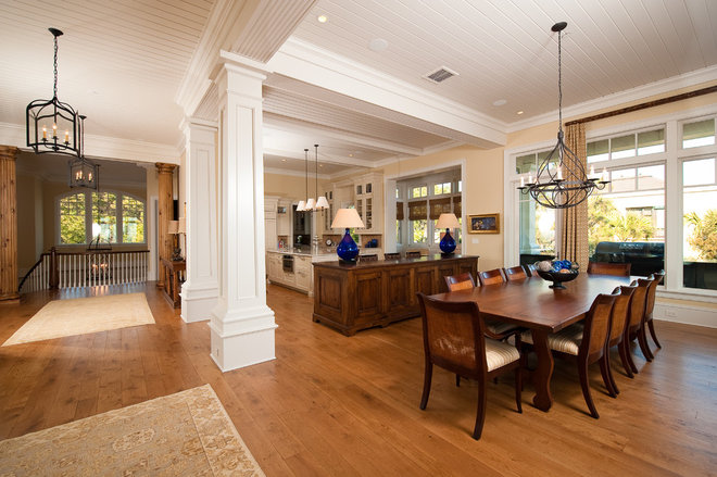 Traditional Dining Room by Solaris Inc.