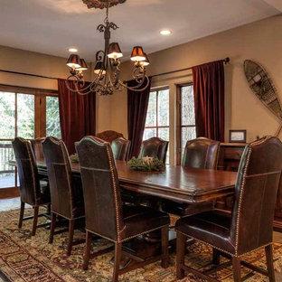 Foto di un'ampia sala da pranzo stile americano chiusa con pareti beige, pavimento in ardesia e nessun camino