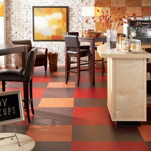 Diseño de comedor actual, de tamaño medio, abierto, con suelo de linóleo y paredes blancas