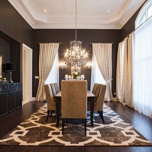 Ispirazione per una grande sala da pranzo tradizionale chiusa con parquet scuro, nessun camino, pavimento marrone e pareti nere