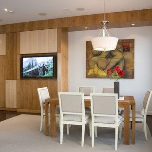 На фото: столовая в современном стиле с белыми стенами и темным паркетным полом с