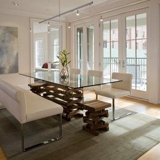 Modelo de comedor contemporáneo con suelo de madera en tonos medios, paredes beige y suelo beige