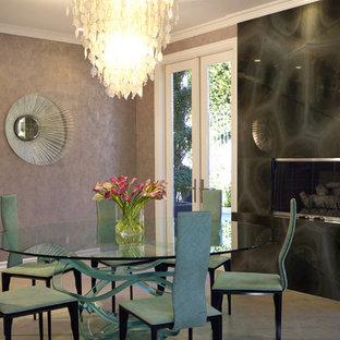 Immagine di una grande sala da pranzo design chiusa con pareti con effetto metallico, pavimento in ardesia, camino classico e cornice del camino in pietra
