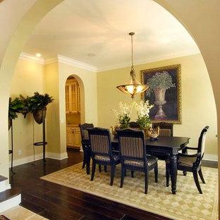 Esempio di una grande sala da pranzo aperta verso la cucina mediterranea con pavimento marrone e pavimento in tatami