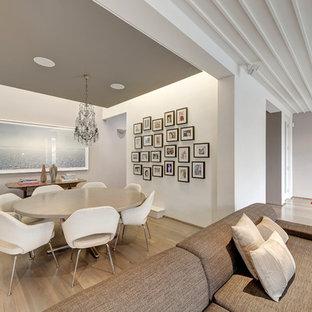 Ejemplo de comedor contemporáneo, grande, abierto, sin chimenea, con paredes blancas y suelo de madera clara