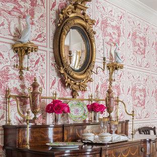 На фото: с высоким бюджетом отдельные столовые среднего размера в классическом стиле с розовыми стенами и паркетным полом среднего тона без камина