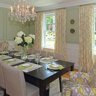 Esempio di una grande sala da pranzo chic chiusa con pareti verdi e pavimento in legno massello medio