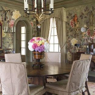 Immagine di una sala da pranzo tradizionale con pareti multicolore e parquet scuro